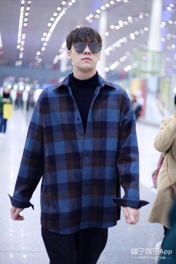 峰哥一身格子衬衫现身机场,简约穿搭释放出男性干练气质