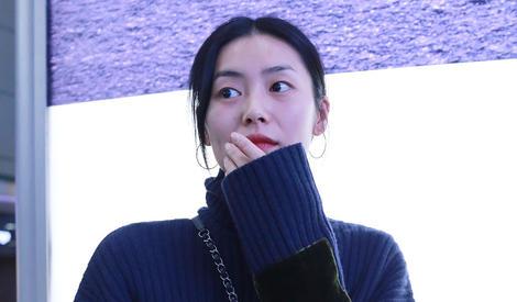 刘雯告诉你,超模就是格子塑胶袋都能背出时髦感