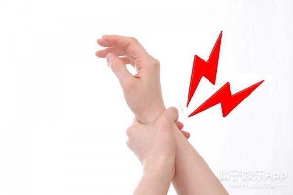 """你的手腕这里有""""凸一块""""吗,如果有请马上去看医生"""