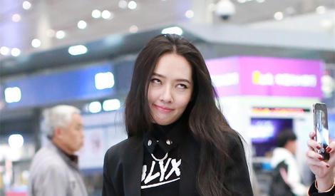 郭碧婷应粉丝要求竟然在机场表演翻白眼