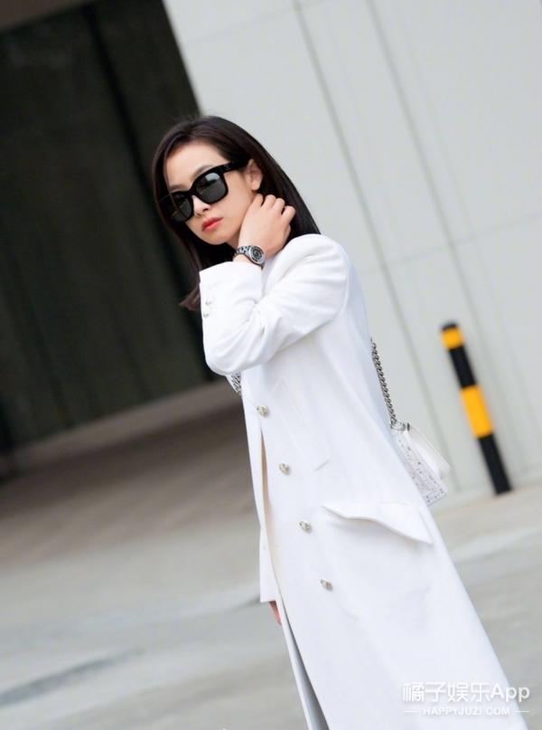 大美茜又偷穿男装啦~一身白衣现身机场演绎纯净冬日