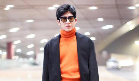 井柏然橘色毛衣很吸睛,变行走的画报