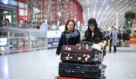 """""""妈妈负责美,我负责推""""李小璐和妈妈现身机场,推着行李忙不停"""