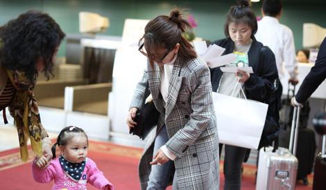 见到可爱宝宝就走不动道!马苏机场狂撩漂亮小妹妹