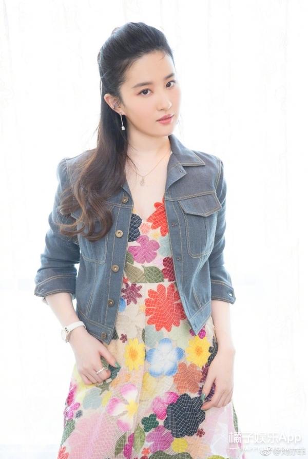 刘亦菲出席电影宣传活动 长卷发连衣裙尽显妩媚
