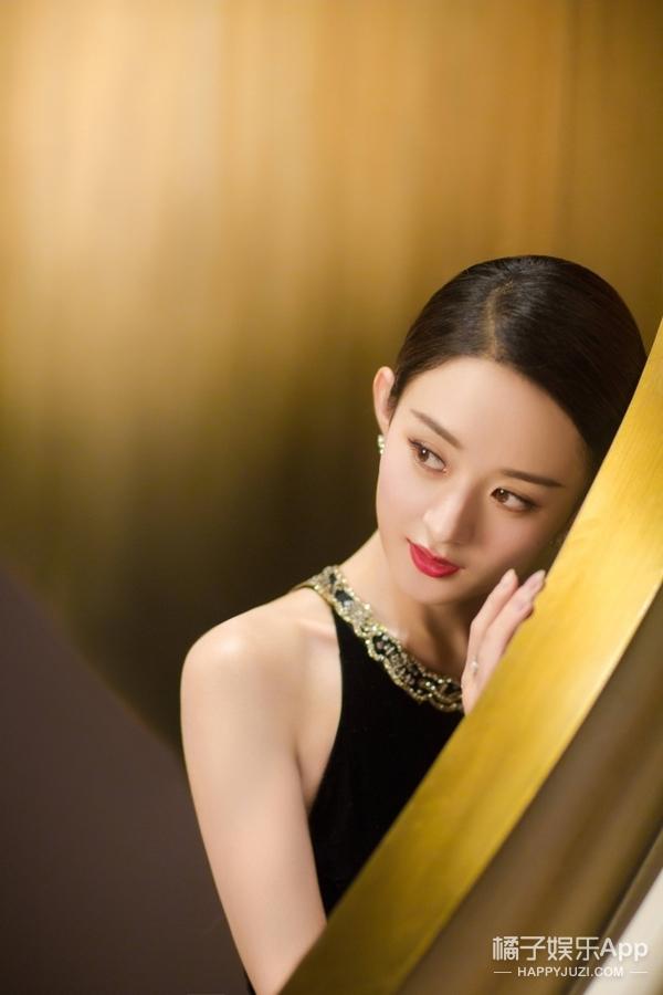 赵丽颖黑色礼服大秀美背,利落短发搭配红唇尽显女性气场!