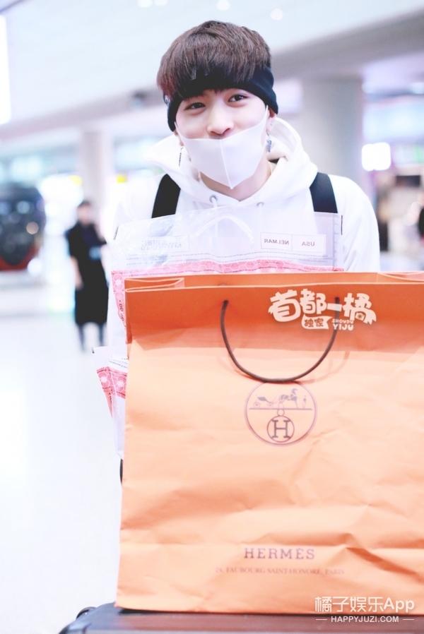 刘昊然校服上线,邢昭林冻到搓手,爱豆的冬季机场时尚长这样?