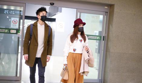 娄艺潇和男友机场刻意保持距离,身高差激萌