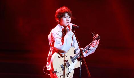 王源17岁生日会献歌妈妈当场落泪 TFboys合体