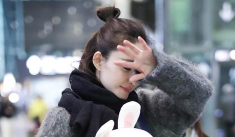 王丽坤扎丸子头抱兔兔,见镜头羞涩捂脸超萌