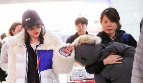 嗯哼机场睡着获妈妈霍思燕一路呵护,生怕被吵醒