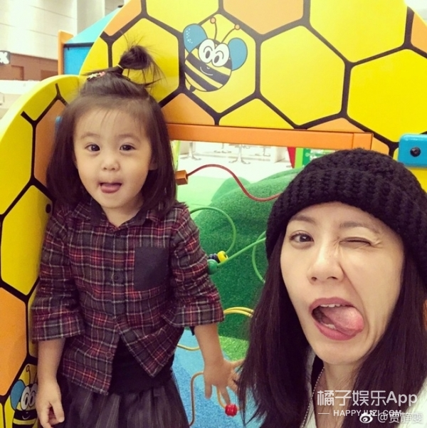 贾静雯带两女儿做鬼脸自拍,咘咘Bo妞真是越来越好看了