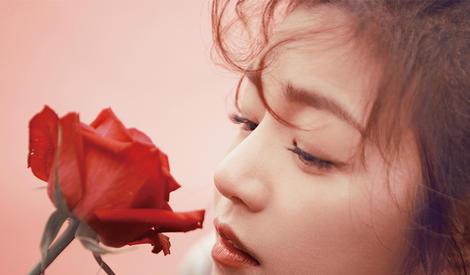 陈妍希红唇俏皮演绎复古质感