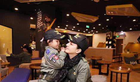 黄奕不受前夫影响,和女儿参加国防教育