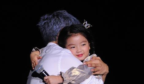 准爸爸张杰获阿拉蕾送抱抱, 温柔哄娃父爱满满