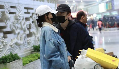 嘘!董子健孙怡在机场贴面说悄悄话呢