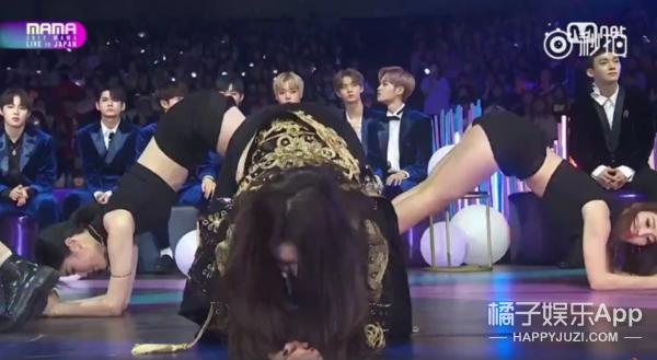 女艺人对着男爱豆跳跪地舞,MAMA颁奖礼又被diss惹.