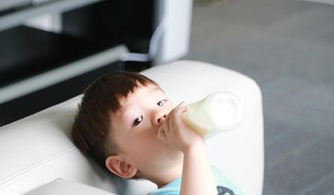嗯哼婴儿照曝光,抱大腿、嫌弃脸从小就是表情帝