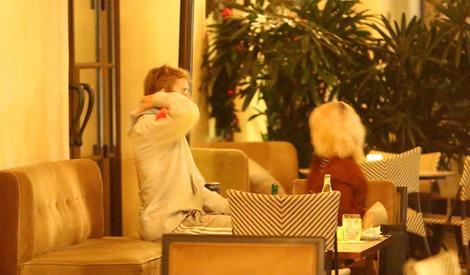 甜蜜再升级!比伯约赛琳娜吃晚餐,两人深情相拥大方送吻