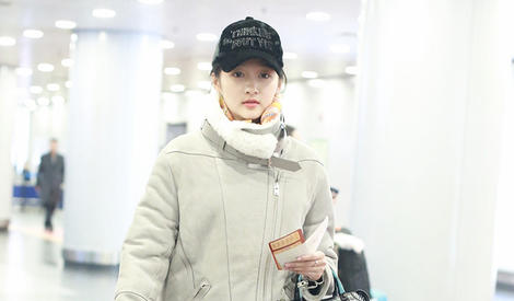 关晓彤穿羊羔绒外套回京,看着就暖