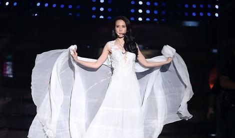 莫文蔚获最佳亚洲艺人奖,一袭白裙仙气十足