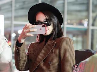 美美的宋茜又回来啦,在机场和粉丝对拍心情很好嘛