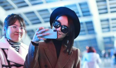 美美的宋茜又回來啦,在機場和粉絲對拍心情很好嘛