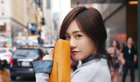 刘芸玩转少女风,走上街头超可爱