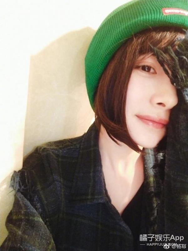 杨幂晒短发半脸自拍,帽子的颜色亮了