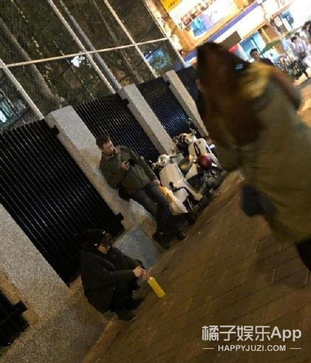 网友台北夜市偶遇杨洋,这军姿蹲亮了
