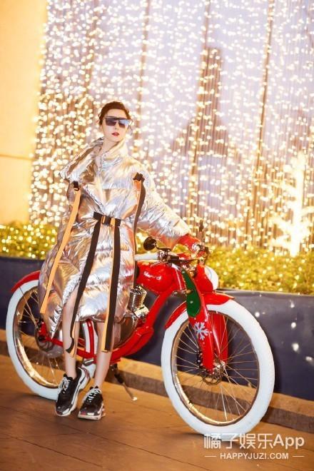 """范冰冰金属色羽绒服,超酷""""小龙人""""造型过圣诞!"""