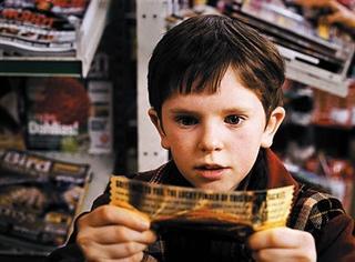 还记得《查理和巧克力工厂》的小正太吗?居然长这么帅了