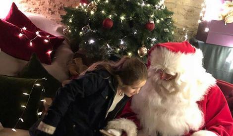 小贝全家欢度圣诞:小七搂哥哥亲密合影,贝嫂戴鹿角卖萌