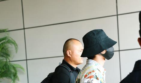 蔡徐坤赴长沙录制《青春芒果夜》荧光绿运动裤配花衬衫超吸睛