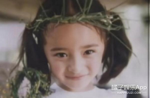 还记得表情包里的皱眉小女孩吗?她长大后长这样…
