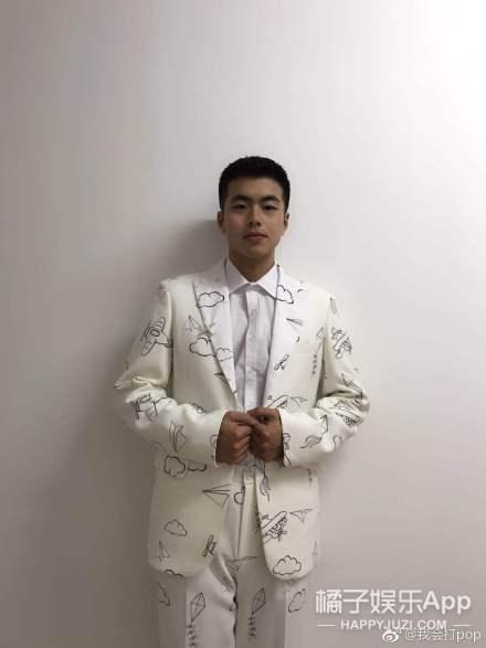 台上站着陈伟霆华晨宇和乐华七子,但我的目光却被别人吸走了