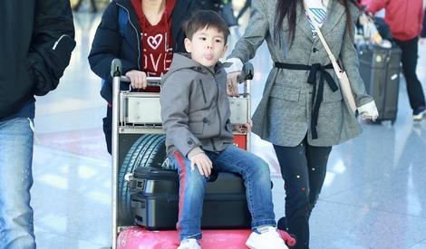 嗯哼坐行李箱获爸妈保驾护航,突然回头向记者问好超会圈粉