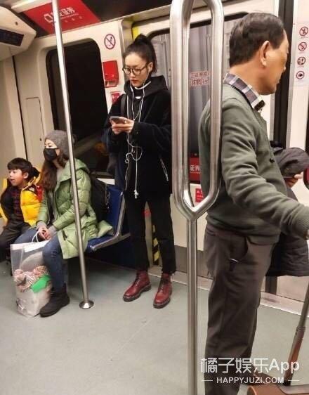 网友地铁偶遇刘雯?素颜大长腿气质满分呐