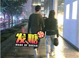 用腳隔空秀恩愛,鄭爽和男友最近發的糖也太甜了吧!