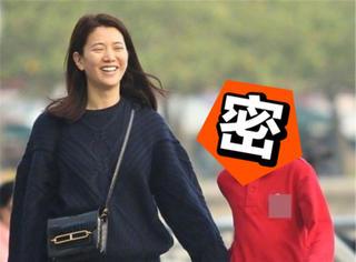 袁咏仪接儿子放学甜笑玩自拍,不过魔童长得太像妈妈了吧!