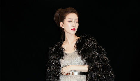 江疏影黑天鹅造型性感优雅红唇抢镜