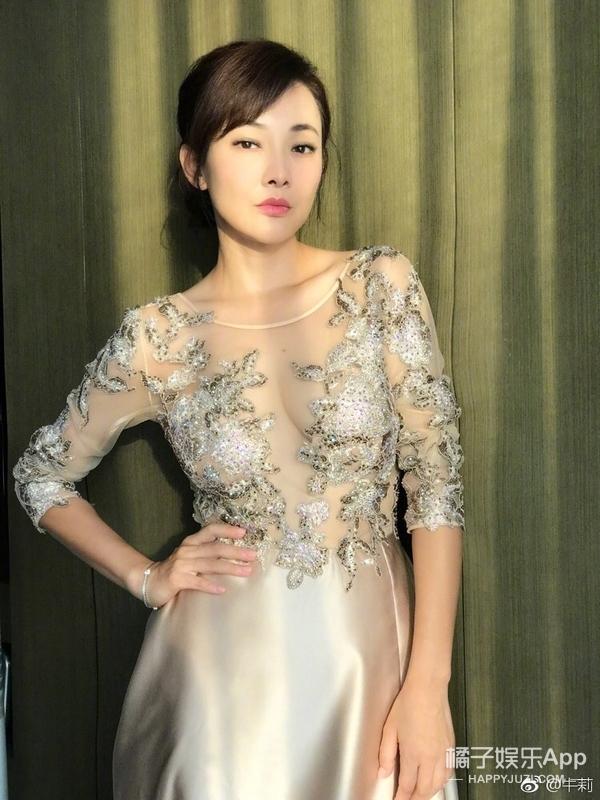 还记得春晚跟黄宏演《足疗》的牛莉吗?她现在长这样!