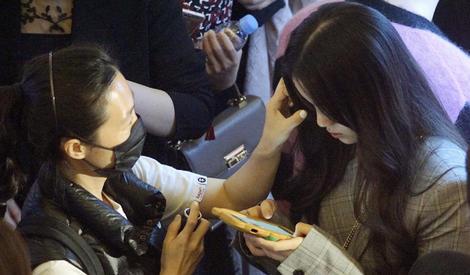 欧阳娜娜趁化妆偷玩手机,助理一旁喂喝饮料