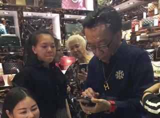 侯耀华女徒弟称奢侈品包是和老师一起买的,网友却说包是假的