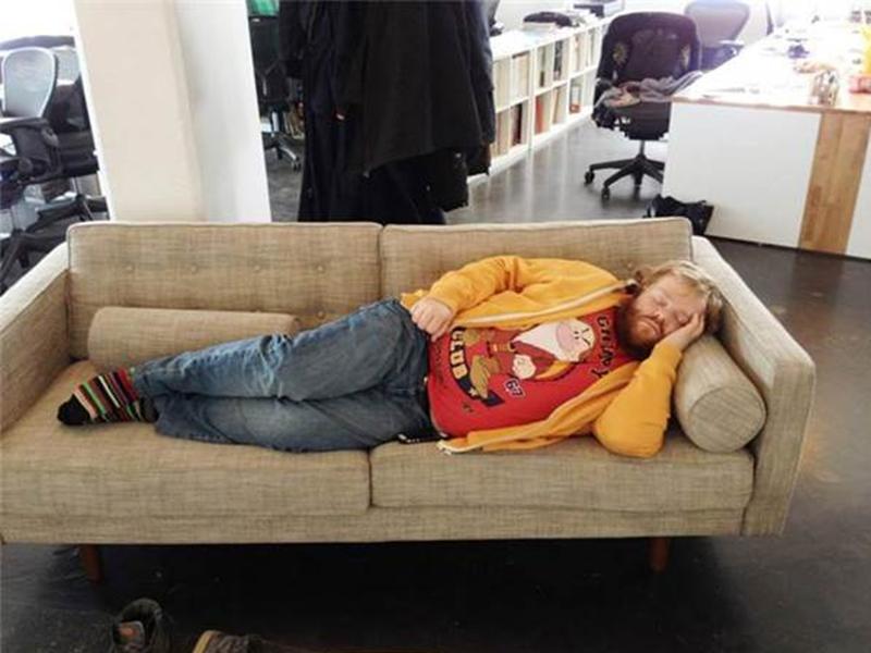 这个男人因熬夜睡倒在公司,被同事恶搞到网上爆红!