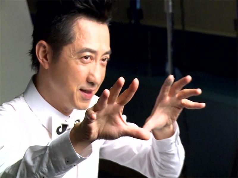 为什么镜头中的庾澄庆,手总是放不下来?