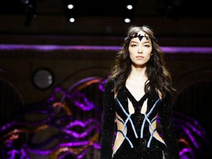 巴黎高定周拉开帷幕 中国超模孙菲菲走秀Versace