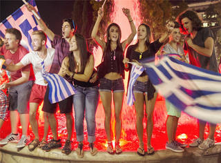 哭了那么久的希腊人,今天终于笑了