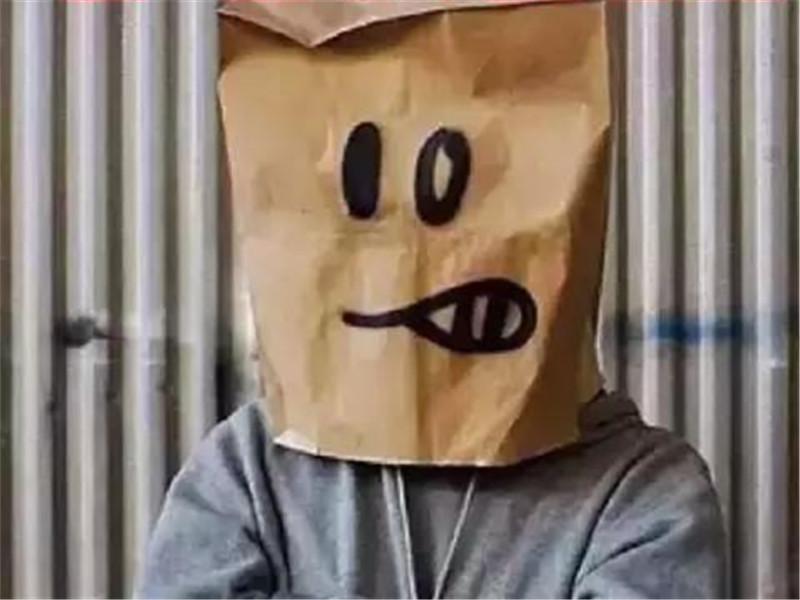 不露脸的班克西  世界在他眼里是个玩笑