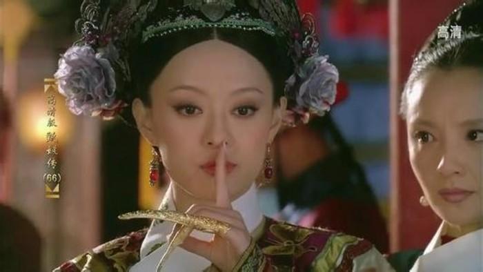 娱乐小报 | 娘娘反手摸到脸 王祖蓝秒变杀马特